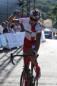 Juan Camacho, celebrando su victoria en la meta del GP Villa de Cervera.