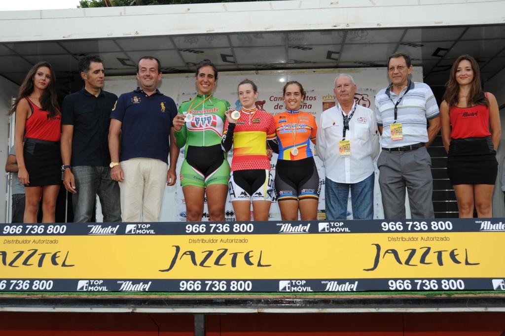 Podio femenino con Alicia González, Ziortza Isasi y Mireia Orengo,