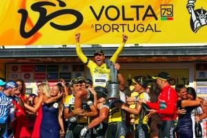 Marque es izado en el podio 2013 / Volta Portugal