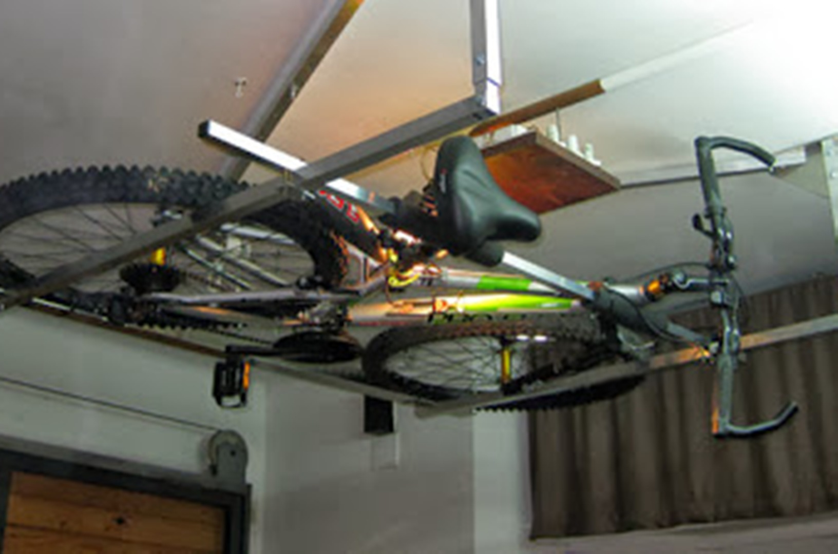Uluru para que la bicicleta no estorbe en casa ciclo21 for Como guardar la bici en un piso