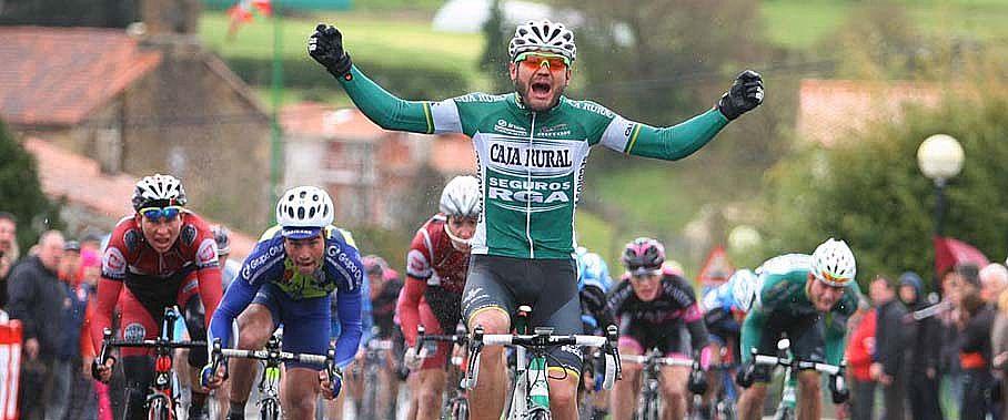 Daniel López, cruzando la meta en Laukiz. © Oskar Matxin