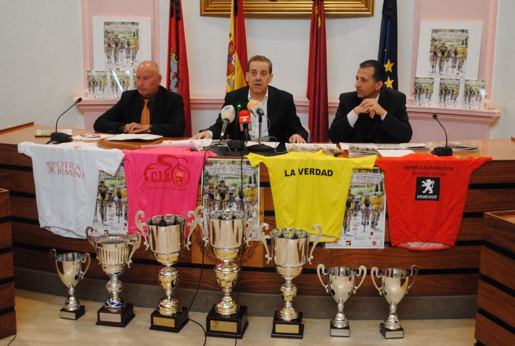 El presidente de la Federación Murciana, José López Tortosa,  el alcalde de Alcantarilla, Lázaro Mellado, yel presidente de la Peña Ciclista Guerrita, Diego Sánchez Pacheco, durante la presentación.
