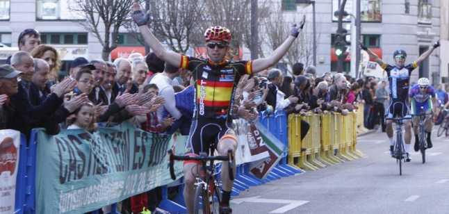 Iván Martínez cruzó así la meta en la Avenida Príncipe de Asturias. © Javier de la Fuente