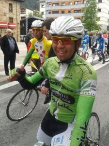 Adrián Alvarado, contento tras su victoria en Legazpi. © RFEC