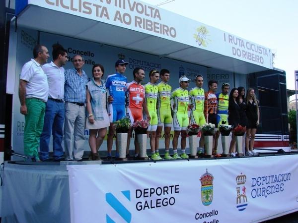 Los ganadores, en el podio de la Volta ao Ribeiro.