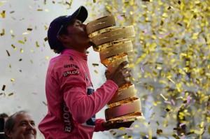 Quintana besa el trofeo © Giro