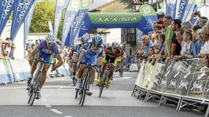 Apretadísima llegada en el Circuito de Escalante. © Fotur Cantabria
