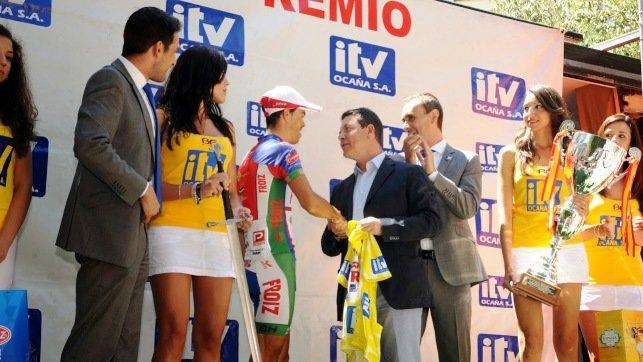 El alcalde de Toledo, Emiliano García-Page, entregándole el  premio al ganador de la Vuelta, Pedro Merino.
