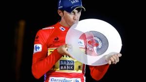 Contador, con su tercer trofeo © Unipublic