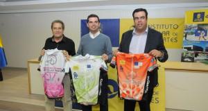 Ángel Bara, Lucas Bravo de Laguna y Melchor Camon con los maillots de la Cicloturista 2014 © Fernando Jiménez