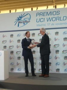 Alejandro Valverde recibe su premio de manos de Cookson @ RFEC