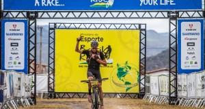 Leao Pinto de negro dedica una de sus victorias a su madre © Fabio Piva/Brasil Ride