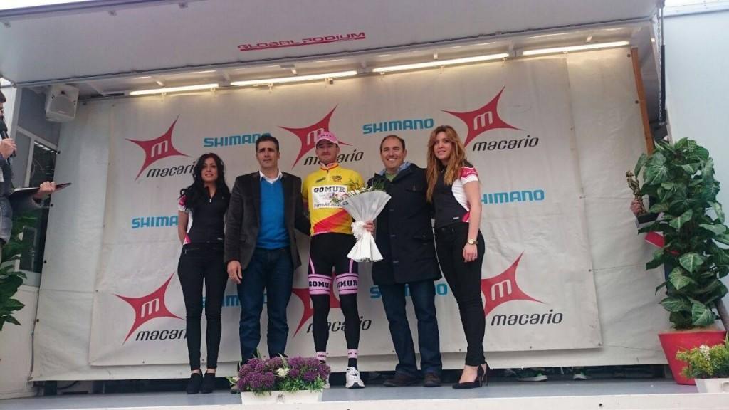 Nacho Pérez, con el maillot de lider de Copa España compartiendo podio con el pentacampeon del Tour de Francia, Miguel Indurain © FB Gomur