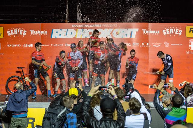 Celebración de los ganadores en el podio © @strict  @eloisemavian.