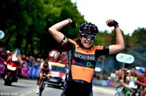 Sheyla Gutiérrez celebraba así su triunfo en el GP Plumelec © Mathilde L'Azou