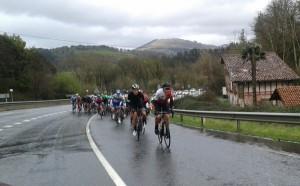 La lluvia y el granizo acompañó a los ciclistas durante buena parte de la carrera © @oskarguinea
