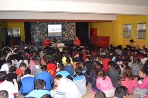 Durante una de las charlas que Noel Martín y Carlos González ofrecen en los colegios.