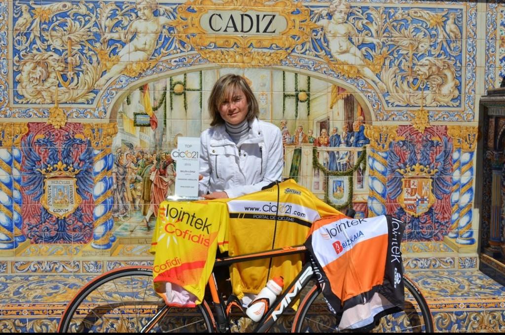 Belén López, con el trofeo, los maillots y su bici © Ángel Vivar / Lointek