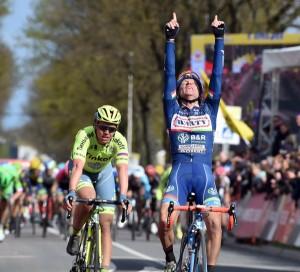 Gasparotto supera a Valgren © UCI