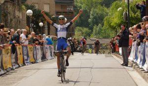 Xuban Errazkin, cruzando feliz la meta en Bergara © FVC