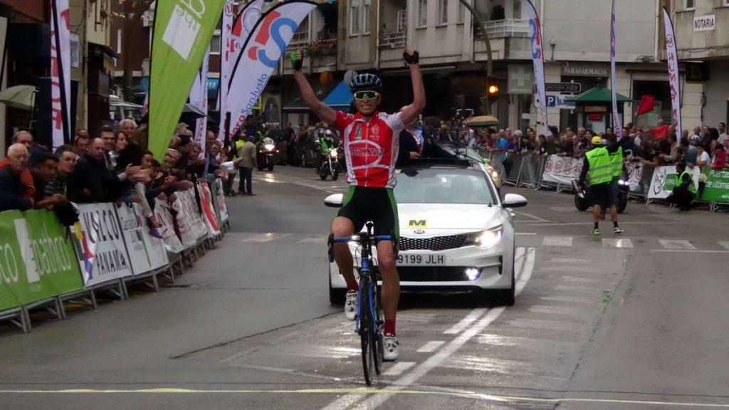 Iñigo Elosegui celebra su victoria al cruzar la meta © Rueda Lenticular