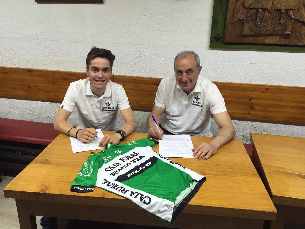 Irisarri firma su contrato © Caja Rural