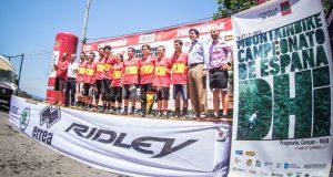 Los nuevos campeones de España de descenso, en el podio de Vigo