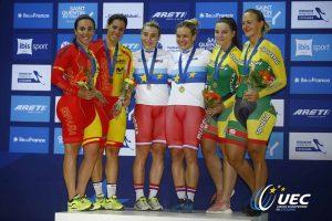 Tania Calvo y Helena Casas, con su planta en el podio de velocidad por equipos © UEC Cycling