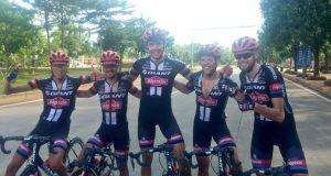 El ganador en el centro con sus compañeros © Tour Hainan