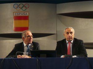 López Cerrón escucha al presidente del COE, Alejandro Blanco, hoy durante la asamblea.