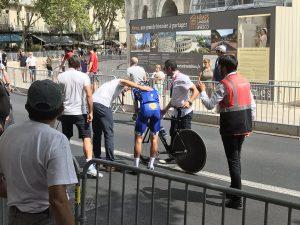 De la Cruz_Vuelta España 2017_01_caida_calentamiento